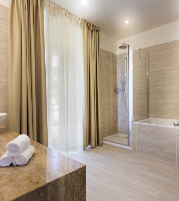 Salle de bain chambre deluxe hotel prieure Bonmont