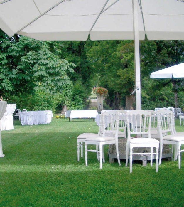 Event jardin Bonmont set up tables chaises blanches